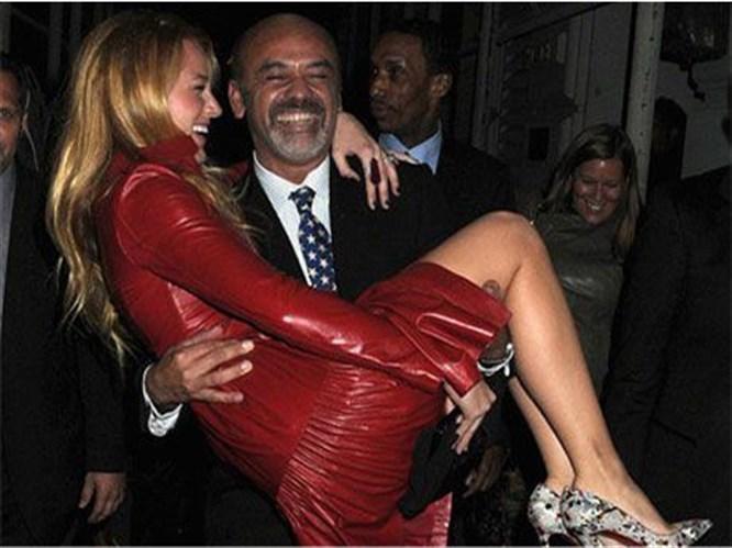 Kucağında taşıdı